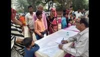 कानपुर देहात के सहतावनपुर गांव में आयोजित निःशुल्क स्वास्थ्य शिविर में स्वास्थ्य परीक्षण करते चिकित्सक।