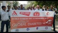 मधुमेह दिवस पर एंटी डायबिटीज वाक करते स्वास्थ्य अधिकारियों के साथ सीएमओ डा. जीसी मौर्या।