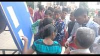 अतुल माहेश्वरी छात्रवृत्ति- परीक्षा केंद्र पर अपना कक्ष संख्या देखते विद्यार्थी