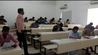 अतुल माहेश्वरी छात्रवृत्ति की परीक्षा देकर केंद्र से बाहर निकलते विद्यार्थी
