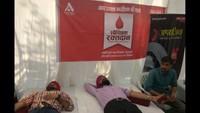 कानपुर केमोतीझील स्थितगुरुनानक मोदीखाना में आयोजीत रक्तदान शिविर में रक्तदान करते लोग