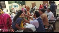 धौलाना के गांव उदयरामपुर नंगला में आयोजित निःशुल्क स्वास्थ्य शिविर में स्वास्थ्य परीक्षण करते चिकित्सक