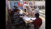 धौलाना के गांव नरायणपुर में आयोजित निःशुल्क स्वास्थ्य शिविर में स्वास्थ्य परीक्षण करते चिकित्सक