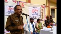 गाजीपुर केराजकीय बालिका इंटर कॉलेज में आयोजित पुलिस की पाठशाला को संबोधित करते पुलिस अधीक्षक चंद्र प्रकाश शुक्ला
