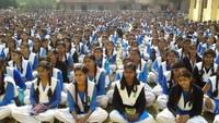गाजीपुर केराजकीय बालिका इंटर कॉलेज में आयोजित पुलिस की पाठशाला में मौजूद छात्राएं