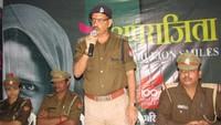 सोनभद्र केसंत कीनाराम महिला महाविद्यालय में आयोजित पुलिस की पाठशाला को संबोधित करते हुए एएसपी डा. अवधेश कुमार सिंह