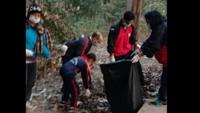 हल्द्वानी के हीरानगर में आयोजित सफाई अभियान में सफाई करते संस्था के लोग।