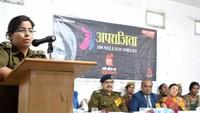 जौनपुरकेपैरा मेडिकल कॉलेज में आयोजित पुलिस की पाठशाला को संबोधित करती सीओ सौम्या पाण्डेय
