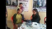 हल्द्वानी के जसपुरखुर्द में आयोजित शिविर में स्वास्थ्य परीक्षण कराते लोग