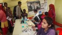 ऊधमसिंह नगर के सुल्तानपुर पट्टी में आयोजित निःशुल्क स्वास्थ्य शिविर में जांच करते स्वास्थ्यकर्मी