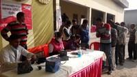 ऊधमसिंह नगर के सुल्तानपुर पट्टी में आयोजित निःशुल्क स्वास्थ्य शिविर में पंजीकरण कराते मरीज