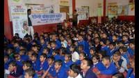वाराणसी के हरहुआ के राजेश्वरी बालिका इंटर कॉलेज में आयोजित बाल फिल्म फिल्म देखती छात्राएं