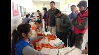 रामनगर (नैनीताल) में आयोजित निःशुल्क स्वास्थ्य परीक्षण शिविर में पंजीकरण कराते लोग