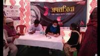ऊधमसिंह नगर के जसपुर में आयोजित स्वास्थ्य शिविर में स्वास्थ्य परीक्षण करते चिकित्सक