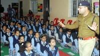 शामली के सिल्वर बेल्सस्कूल में आयोजित पुलिस की पाठशाला में बच्चों को जानकारी देते एसपी अजय कुमार