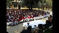 भदोही के जिला पंचायत बालिका इंटर कॉलेज में आयोजित पुलिस की पाठशाला में मौजूद शिक्षक एवं छात्राएं।