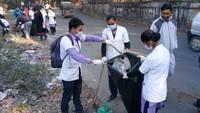 हल्द्वानी के हीरानगर स्थित सुशीला तिवारी अस्पताल लिंक रोड पर आयोजित सफाई अभियान में सफाई करते नर्सिंग कॉलेज के विद्यार्थी