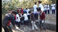 हल्द्वानी के हीरानगर लिंक रोड पर आयोजित सफाई अभियान में सफाई करते नर्सिंग कॉलेज के विद्यार्थी