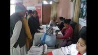 दिनेशपुर केनगर पंचायत परिसर में आयोजित निःशुल्क स्वास्थ्य शिविर में स्वास्थ्य परीक्षण करते चिकित्सक