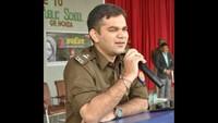 ग्रेटर नोएडा के ऑक्सफोर्ड ग्रीन स्कूल में आयोजित पुलिस की पाठशाला को संबोधित करते हुए एसएसपी डॉ. अजय पाल शर्मा