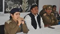 मऊ केआजाद हिंद महाविद्यालय मेंआयोजित पुलिस की पाठशाला को संबोधित करती पुलिस उपाधीक्षक श्वेता आशुतोष ओझा