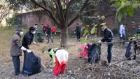 हल्द्वानी केरामपुर रोड आईटीआई मार्ग पर आयोजित सफाई अभियान में सफाई करते लोग