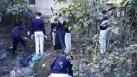 हल्द्वानी केरामपुर रोड आईटीआई मार्ग पर आयोजित सफाई अभियान में सफाई करते बच्चे