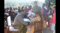 पिथौरागढ़ के थल में आयोजित स्वास्थ्य शिविर में मरीजों की जांच करते चिकित्सक