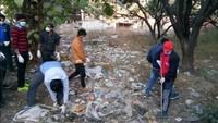 सुशीला तिवारी अस्पताल के लिंक मार्ग पर आयोजित सफाई अभियान में सफाई करते लोग