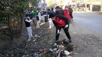 सुशीला तिवारी अस्पताल के लिंक मार्ग पर आयोजित सफाई अभियान में सफाई करते बच्चे