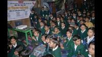 मिर्जापुर के सुंदरघाट स्थित पब्लिक स्कूल में आयोजित फिल्म महोत्सव में फिल्म देखते बच्चे