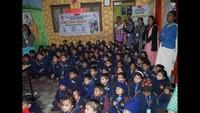 मिर्जापुरके महुवरिया स्थित किड्स इंटरनेशनल स्कूल में आयोजित बाल फिल्म महोत्सव में फ़िल्में देखते बच्चे