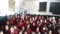 मिर्जापुर केजमालपुर ब्लॉक में आयोजित बाल फिल्म महोत्सव में फिल्म देखते बच्चे
