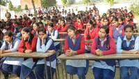 चंदौली के रघुनाथ सिंह बालिका इंटर कॉलेज में आयोजित पुलिस की पाठशाला में मौजूद छात्राएं