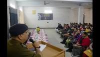 मिर्जापुर के विंध्यवासिनी महाविद्यालय में आयोजितपुलिस की पाठशाला को संबोधित करते एसपी सिटी प्रकाश स्वरूप पांडेय