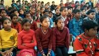 मिर्जापुर केचुनार पब्लिक स्कूल में बाल फिल्म महोत्सव के दौरान छोटा सिपाही फिल्म देखते बच्चे