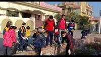 हल्द्वानी के जज फार्म में आयोजित सफाई अभियान में सफाई करते सिंथिया स्कूल के बच्चे