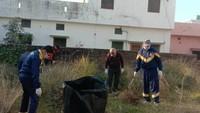 हल्द्वानी के जज फार्म में आयोजित सफाई अभियान में सफाई करते स्थानीय लोग