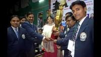 बीएचयू, वाराणसी में आयोजित दो दिवसीय चतुर्थ ऑल इंडिया ओपन कराटे चैंपियनशिप में विजेता टीम के खिलाडियों को सम्मानित करती केन्द्रीय मंत्री अनुप्रिया पटेल