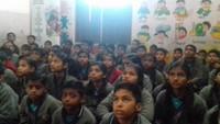 बाल फिल्म महोत्सव के तहत वाराणसी के लोहता स्थित सनफ्लावर एकेडमी में फिल्म देखते बच्चे