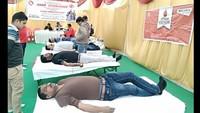 वाराणसी केडीरेका अस्पताल मेंआयोजित शिविर में रक्तदान करते लोग