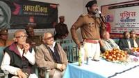 भदोही केज्ञान देवी बालिका इंटर कॉलेज में आयोजित पुलिस की पाठशाला में को संबोधित करते पुलिस अधीक्षक राजेश एस