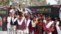 गाजीपुर के जमानियास्थित महिला महाविद्यालयमें आयोजित पुलिस की पाठशाला में मौजूद छात्राएं
