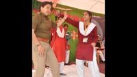 मऊ केदयानंद इंटर कालेज में आयोजित पुलिस की पाठशाला के दौरान छात्राओं को आत्म रक्षा प्रशिक्षण के गुर सीखाती कांस्टेबल सरोज यादव