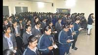 वाराणसी केअशोका इंस्टीट्यूट ऑफ टेक्नालॉजी एंड मैनेजमेंटमें आयोजित पुलिस की पाठशाला में शपथ लेती छात्राएं
