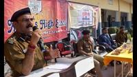 आजमगढ़ के सेंट जेवियर्स हाईस्कूल में आयोजित पुलिस की पाठशाला को संबोधित करते डीआईडी विजय कुमार