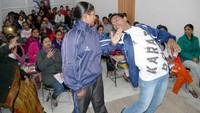 मिर्जापुर केग्लोबस कॉलेज ऑफ़ आईटी एंड मैनेजमेंट में मार्शल आर्ट की ट्रेनिंग लेती छात्राएं