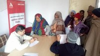 सरधना क्षेत्र के खेड़ा गांव में आयोजित शिविर में स्वास्थ्य परीक्षण करते चिकित्सक