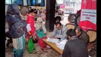 मवाना के भैंसा गांव में आयोजित शिविर में स्वास्थ्य परीक्षण करते चिकित्सक