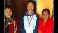 अतुल माहेश्वरी छात्रवृति मिलने पर अनुराग थापा के घर और स्कूल में खुशी का माहौल